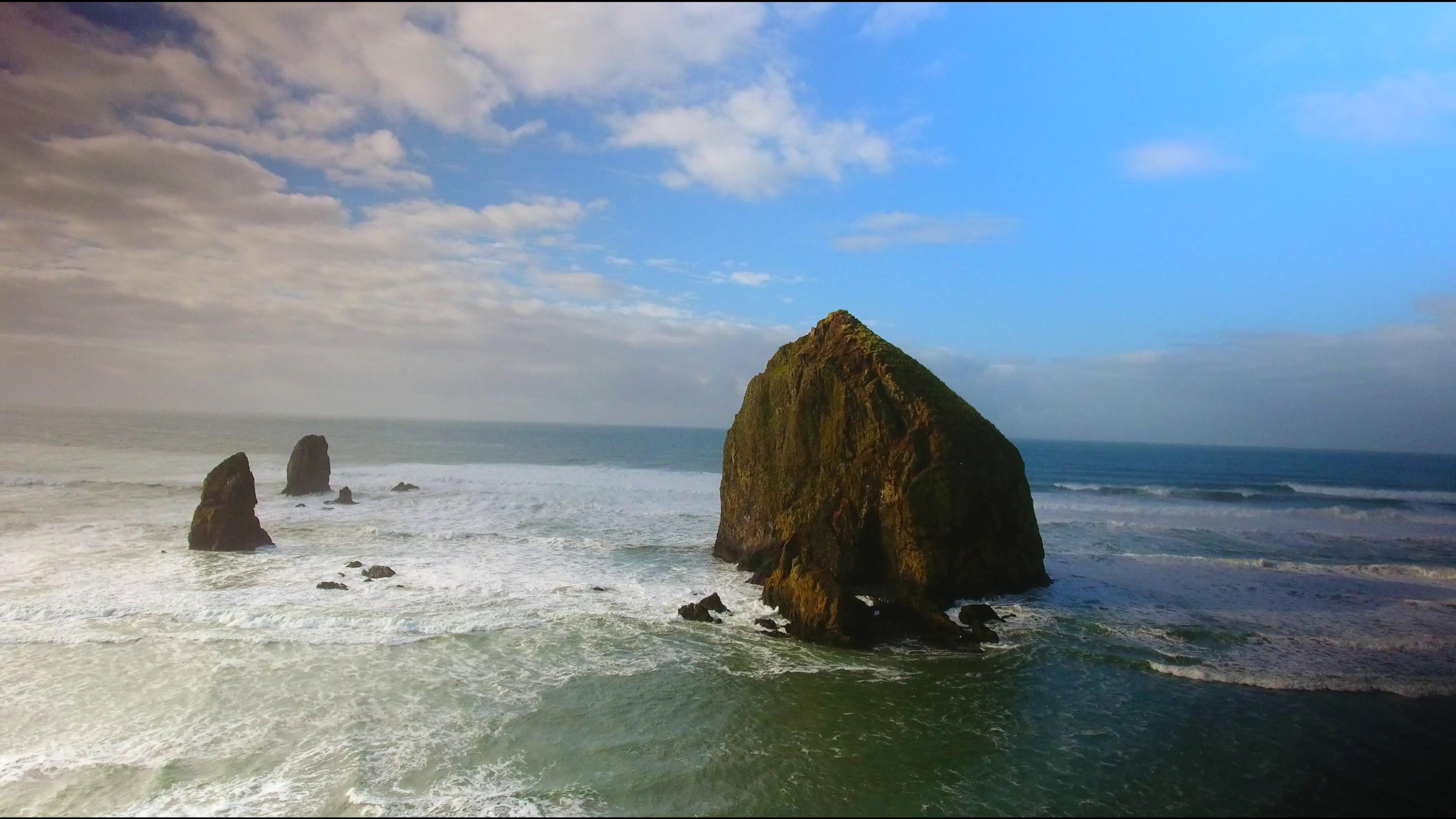 多云天空壮阔海面浪花冲击岩石高清实拍